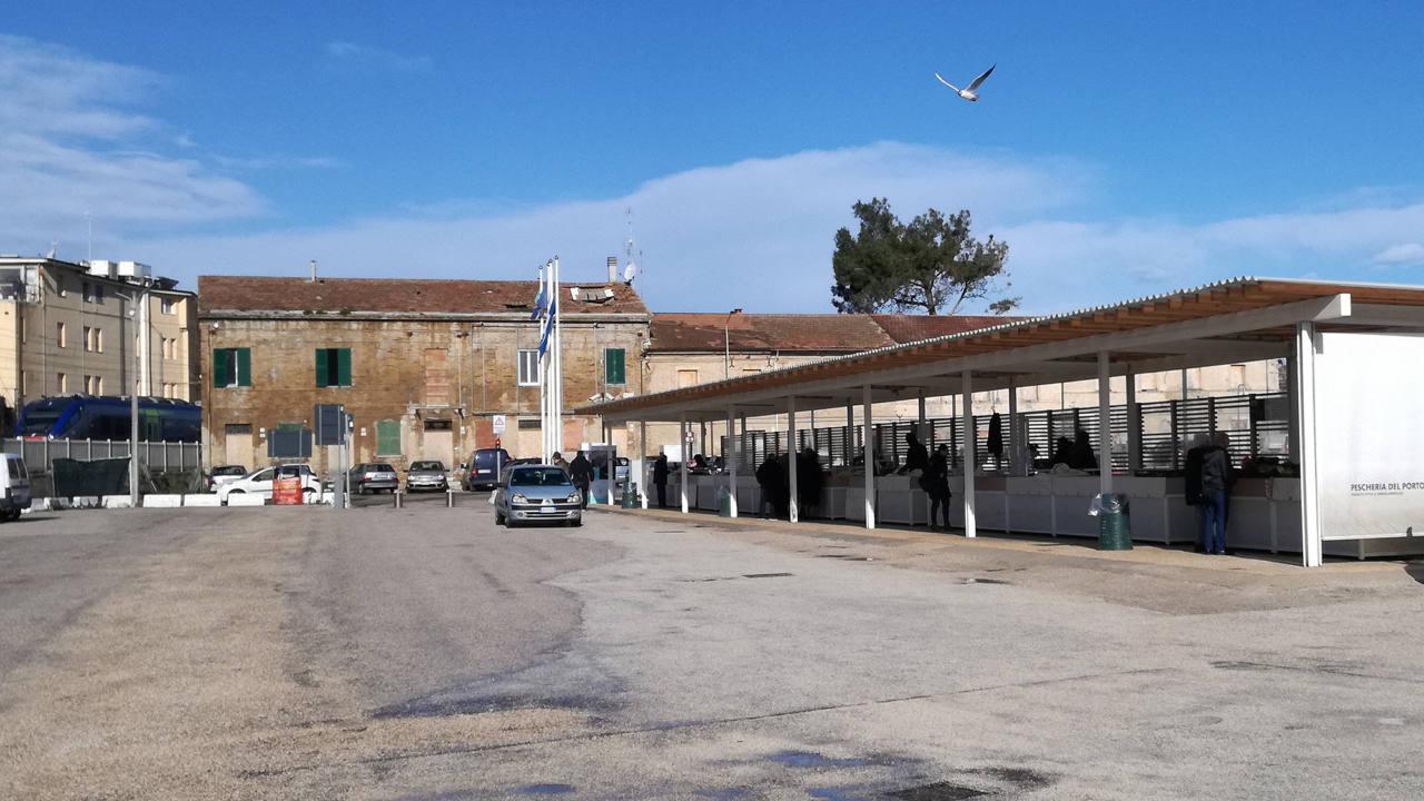 La pescheria al porto di Senigallia. Sul retro le casette di piazzale Bixio