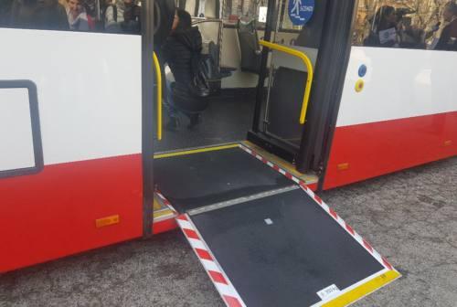Il bus lo lascia a piedi perché senza mascherina. Scattano sputi e insulti