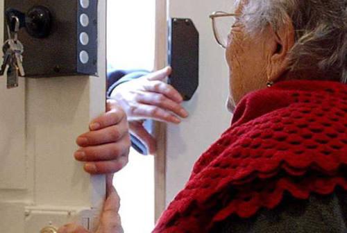 Pesaro, si finge addetta comunale e truffa una 80enne