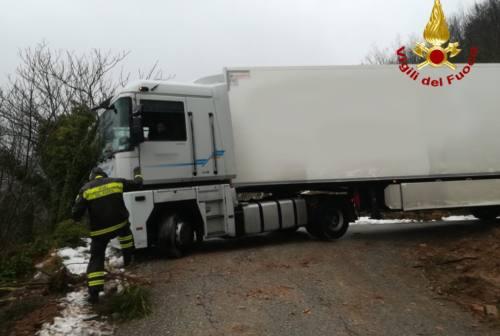 Confusione sulla viabilità del cantiere Quadrilatero, camion resta incastrato
