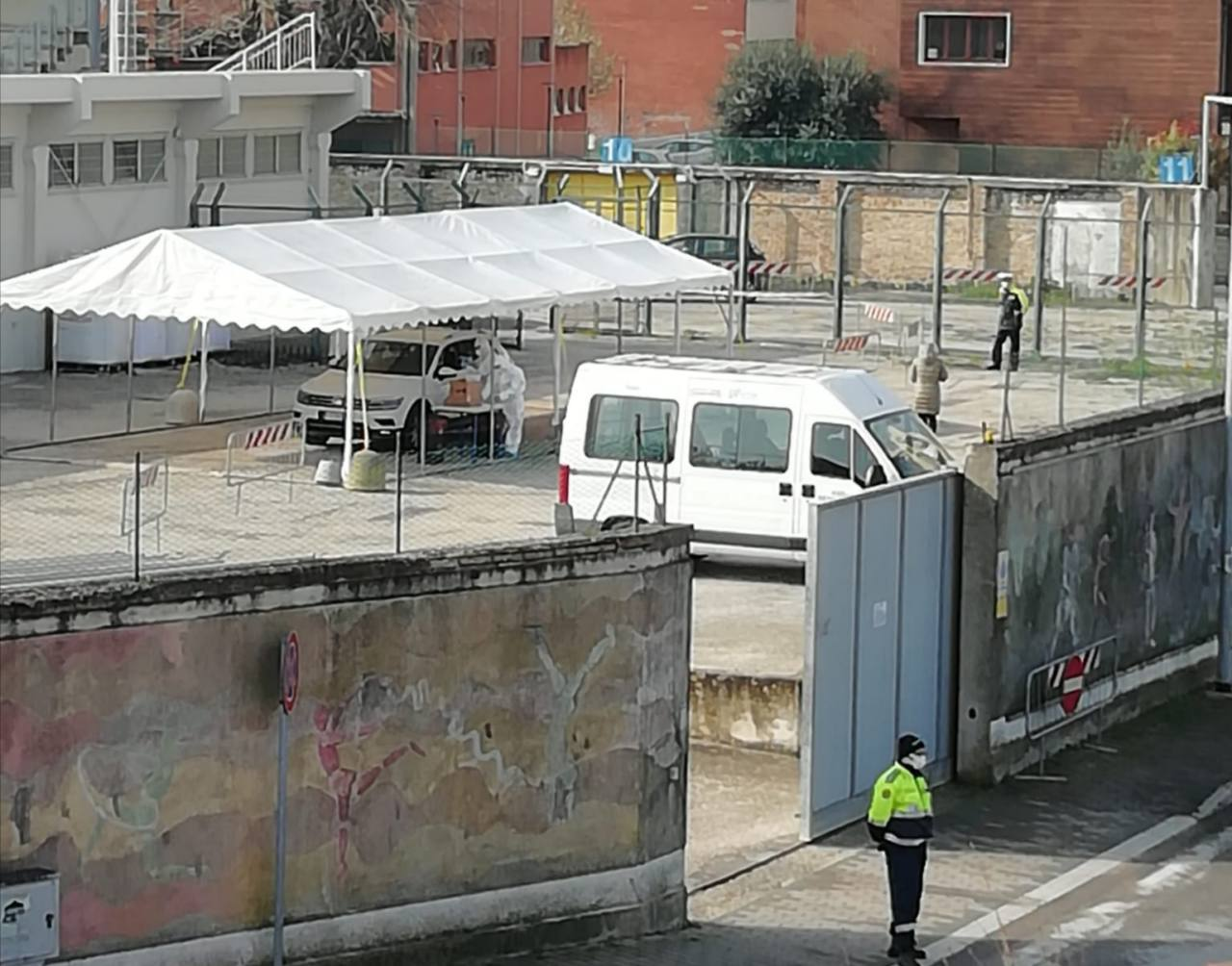 """Il servizio """"drive through"""" allo stadio di Senigallia per effettuare i tamponi per il coronavirus"""