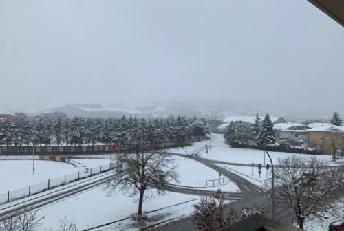 Fabriano: la neve provoca più disagi lungo la statale 76 che in città