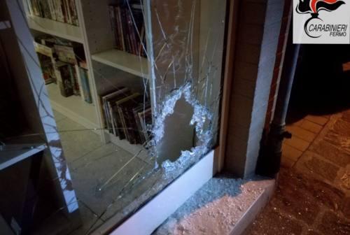 Spacca la vetrina di un negozio ma i carabinieri lo beccano: nei guai 48enne