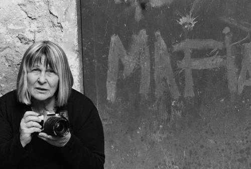 """Letizia Battaglia, la """"fotografa della mafia"""" si racconta: «Amo la gentilezza»"""