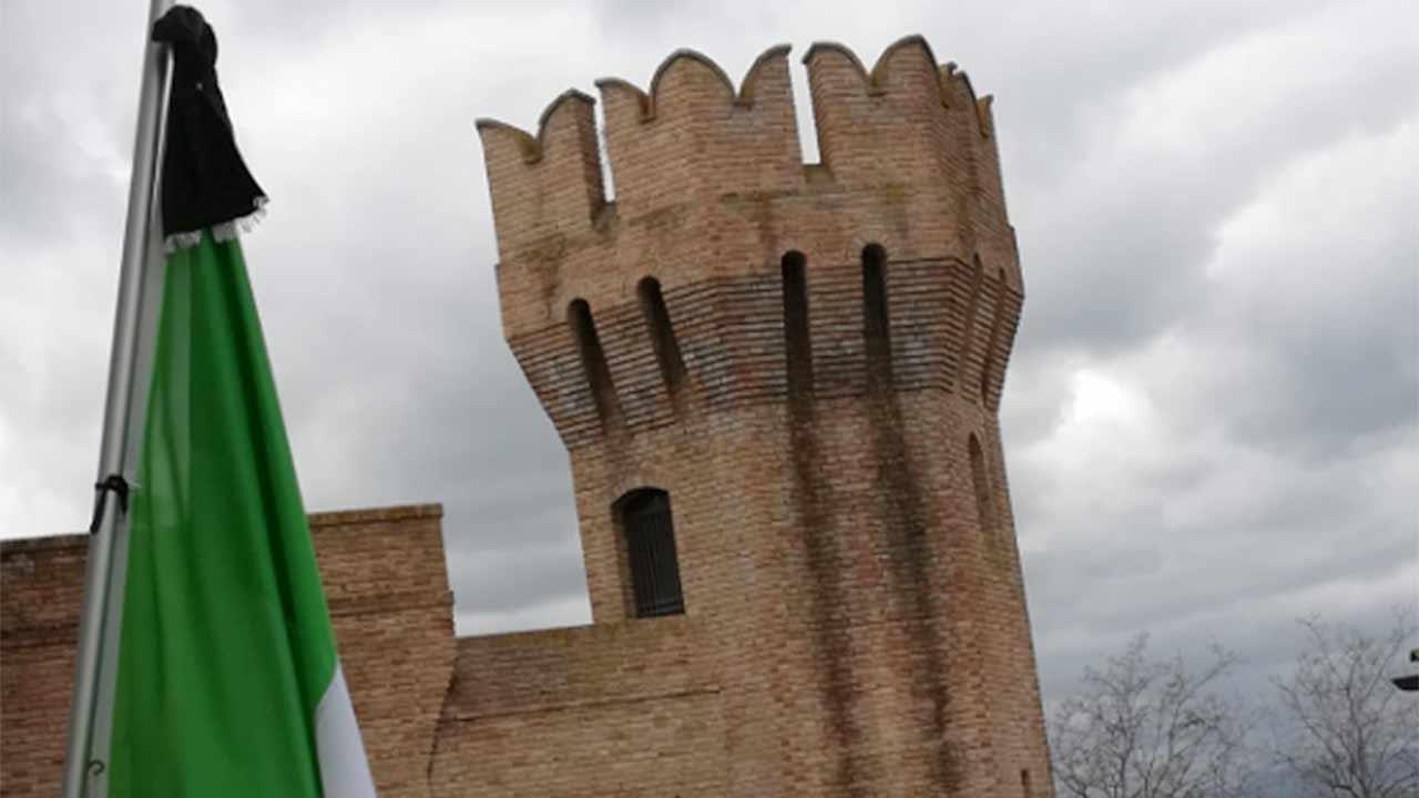 La commemorazione per le vittime del coronavirus a Barbara: bandiera a mezz'asta