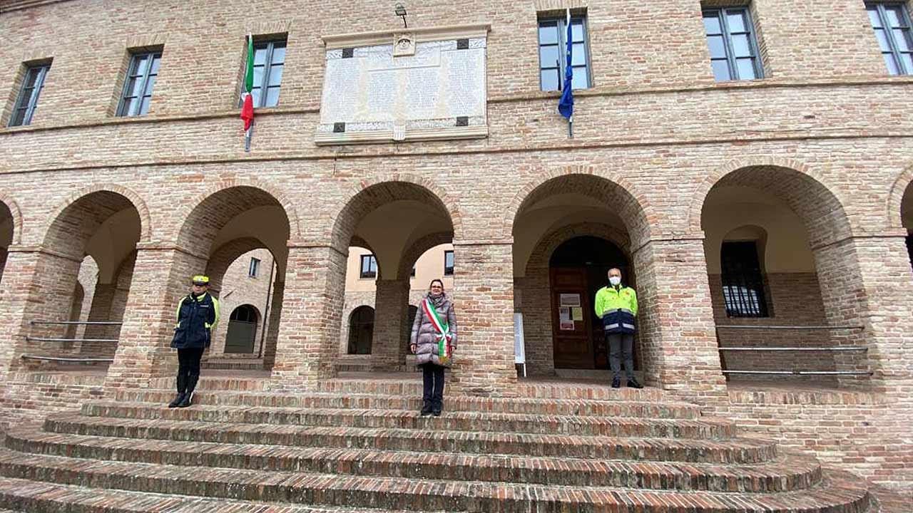 La commemorazione per le vittime del coronavirus a Serra de' Conti