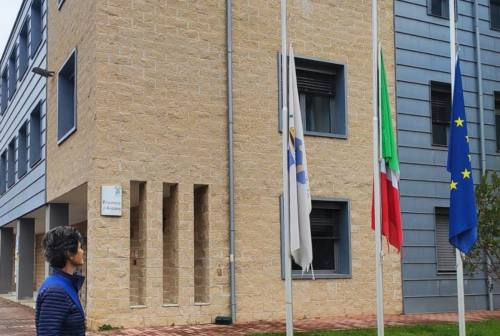 Bandiere a mezz'asta, le Marche si stringono al dolore per le vittime del coronavirus