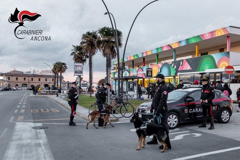 I carabinieri durante i controlli a Senigallia