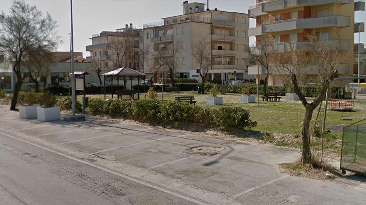 I giardini sul lungomare Da Vinci, vicino al circolo F.lli Bandiera di Senigallia