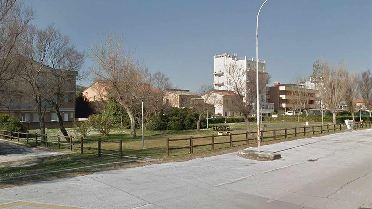 I giardini sul lungomare Da Vinci, a Senigallia, tra la pensione Lucia e il camping Verde Mare