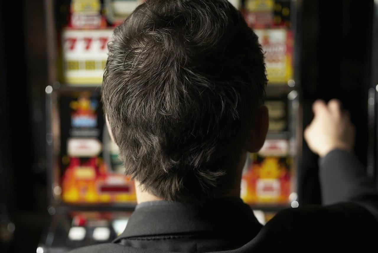 slot machines, sala slot, gioco d'azzardo, scommesse, ludopatia