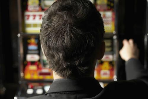 Senigallia, perde i soldi alle slot machines: con la testa ne spacca una. Denunciato