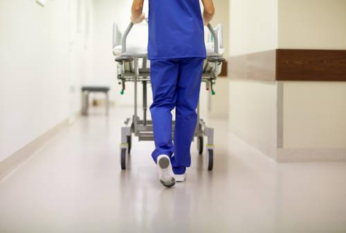 Terza dose ai sanitari, il virologo Menzo: «Prima possibile. Serve a far funzionare le strutture sanitarie»