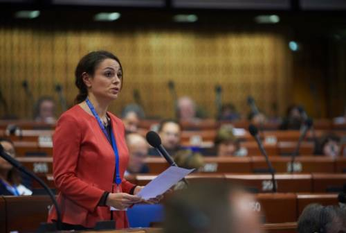 No alla multiculturalità nel piano triennale, Bora contro Ciccioli: «Vorrebbe riportare le Marche indietro di 100 anni»
