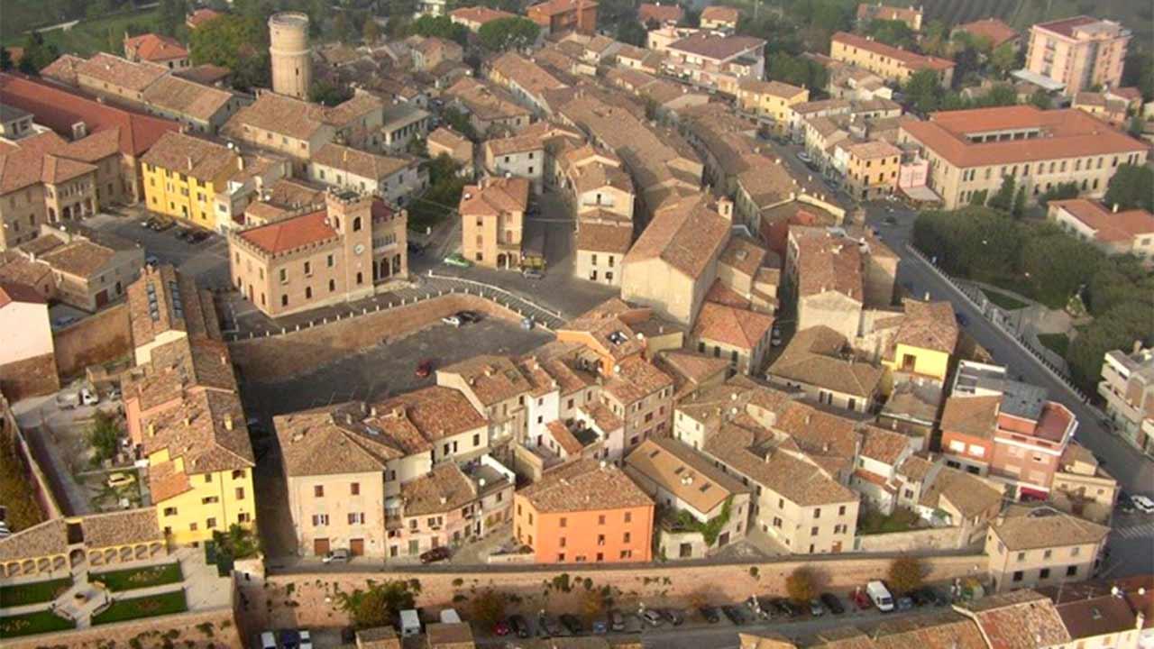 Comune di Mondolfo, foto aerea del centro storico, castello di Mondolfo