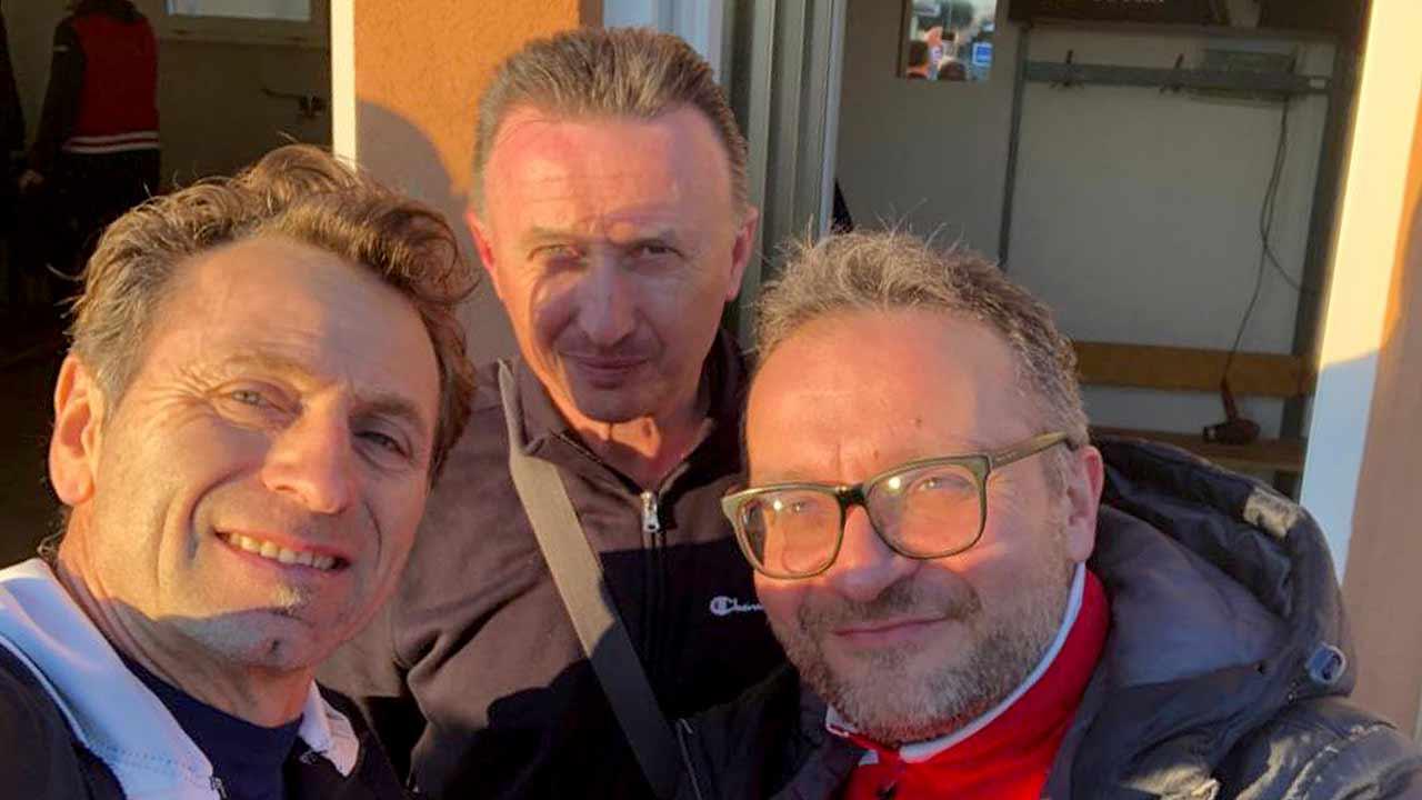 Da sinistra: il presidente Misa Calcio Alessio Olivi, Giancarlo Rossi ufficio stampa e Mauro Rosa, allenatore della Volante Pergola durante il gemellaggio sportivo tra le due formazioni del campionato Uisp