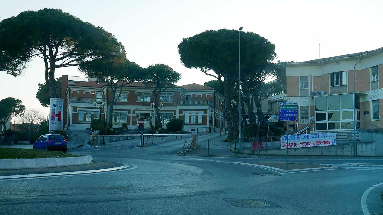 L'ospedale di Senigallia: uno striscione di incoraggiamento a medici e infermieri durante l'emergenza coronavirus