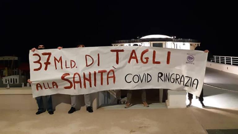 In piena emergenza coronavirus, Senigallia antifascista protesta contro i tagli alla sanità