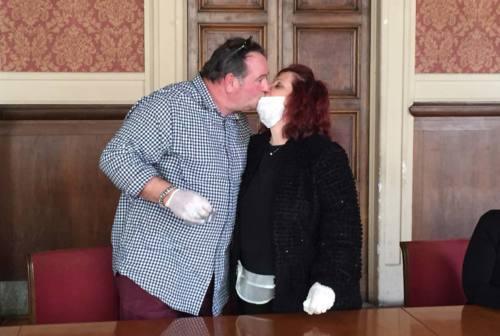 Coronavirus, gli sposi con guanti e mascherina: «Il nostro è vero amore»