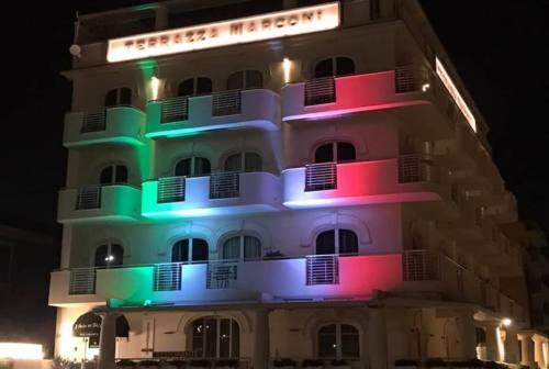Coronavirus, Forza Senigallia: l'hotel Terrazza Marconi illuminato dal tricolore