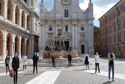 Coronavirus, i commercianti di Loreto in piazza consegnano le chiavi dei negozi al sindaco