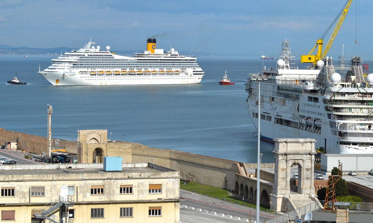 Traghetti nel porto di Ancona (Foto: Regione Marche)