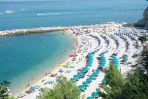 Sirolo, spiagge affollate: in arrivo multe per chi non rispetta le misure anti-covid