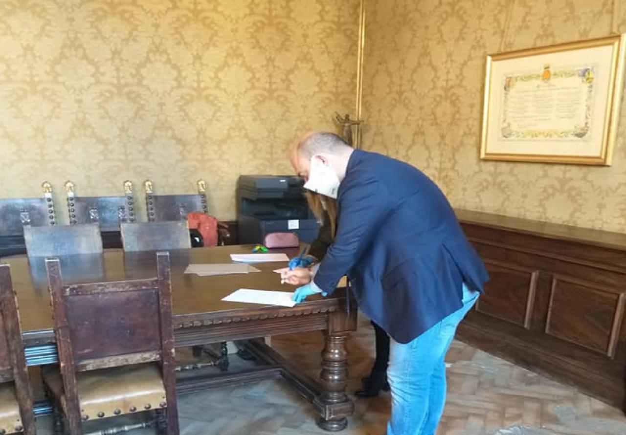 Il sindaco firma il consenso prima di sottoporsi al test