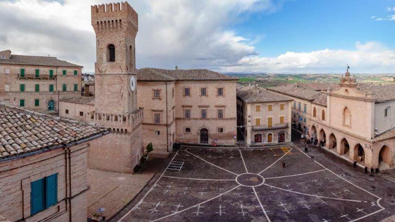 La torre, piazza dei Martiri e il centro storico di Ostra