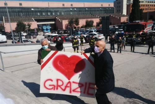 Coronavirus, a Torrette il tributo di Vigili del Fuoco e forze armate a medici e infermieri – VIDEO