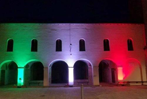 Ostra Vetere illumina col tricolore il chiostro di san Francesco
