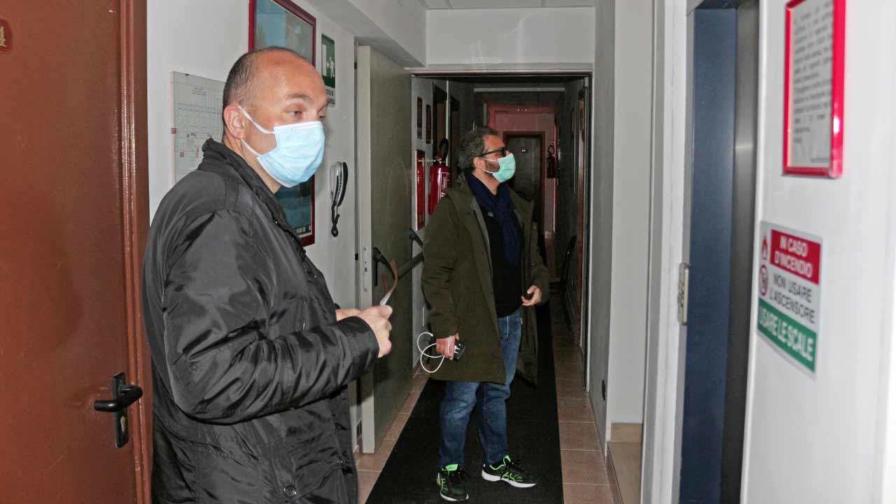 Giovanni Bomprezzi (Caritas) e Corrado Canafoglia (Comitato un aiuto per l'ospedale di Senigallia) impegnati nel sopralluogo al primo covid-hotel delle Marche, a Senigallia