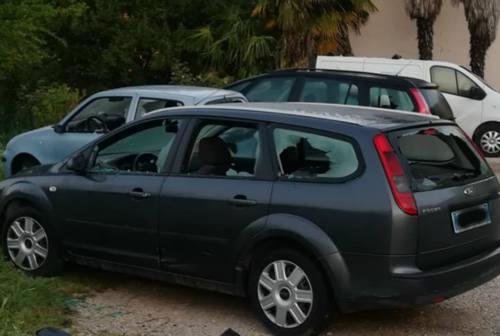 Fano, squilibrato prende a sprangate le auto parcheggiate: cinque i veicoli coinvolti
