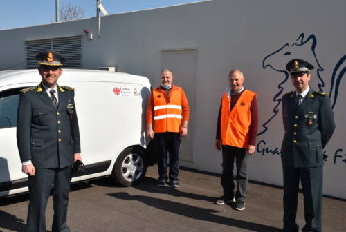Pesaro, la Guardia di finanza consegna cibo alla Caritas per i bisognosi