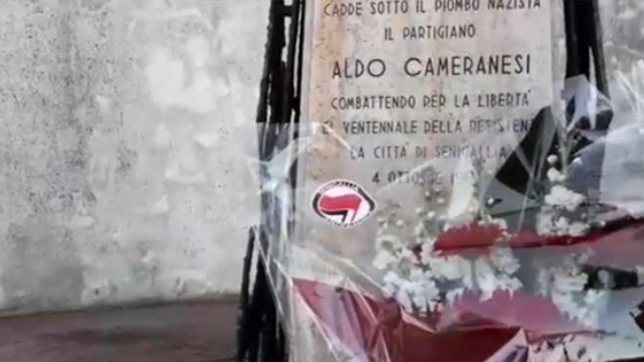 Senigallia Antifascista ha posizionato dei fiori al cippo del partigiano Aldo Camoranesi, a San Silvestro di Senigallia