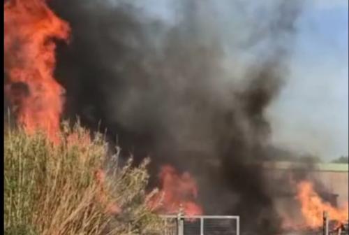 Montecosaro, vasto incendio in una fabbrica dismessa