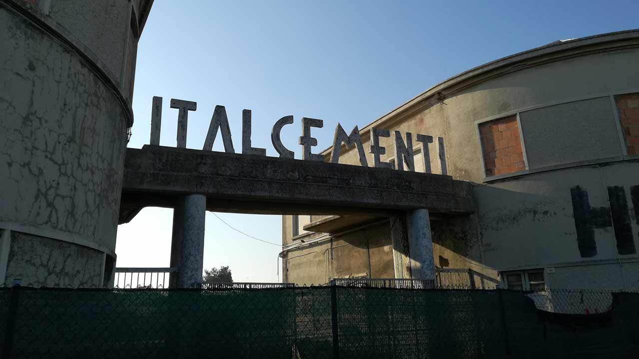 I ruderi degli stabilimenti Sacelit-Italcementi a Senigallia