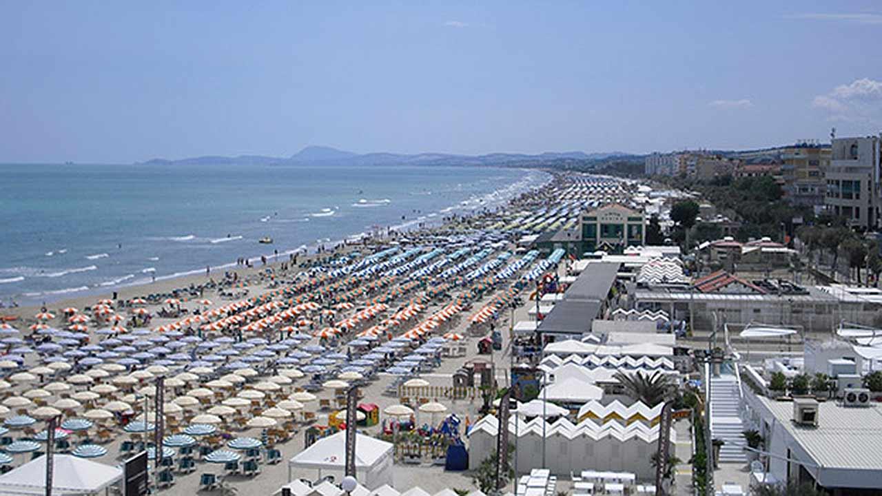 L'estate a Senigallia: affollata la spiaggia di velluto