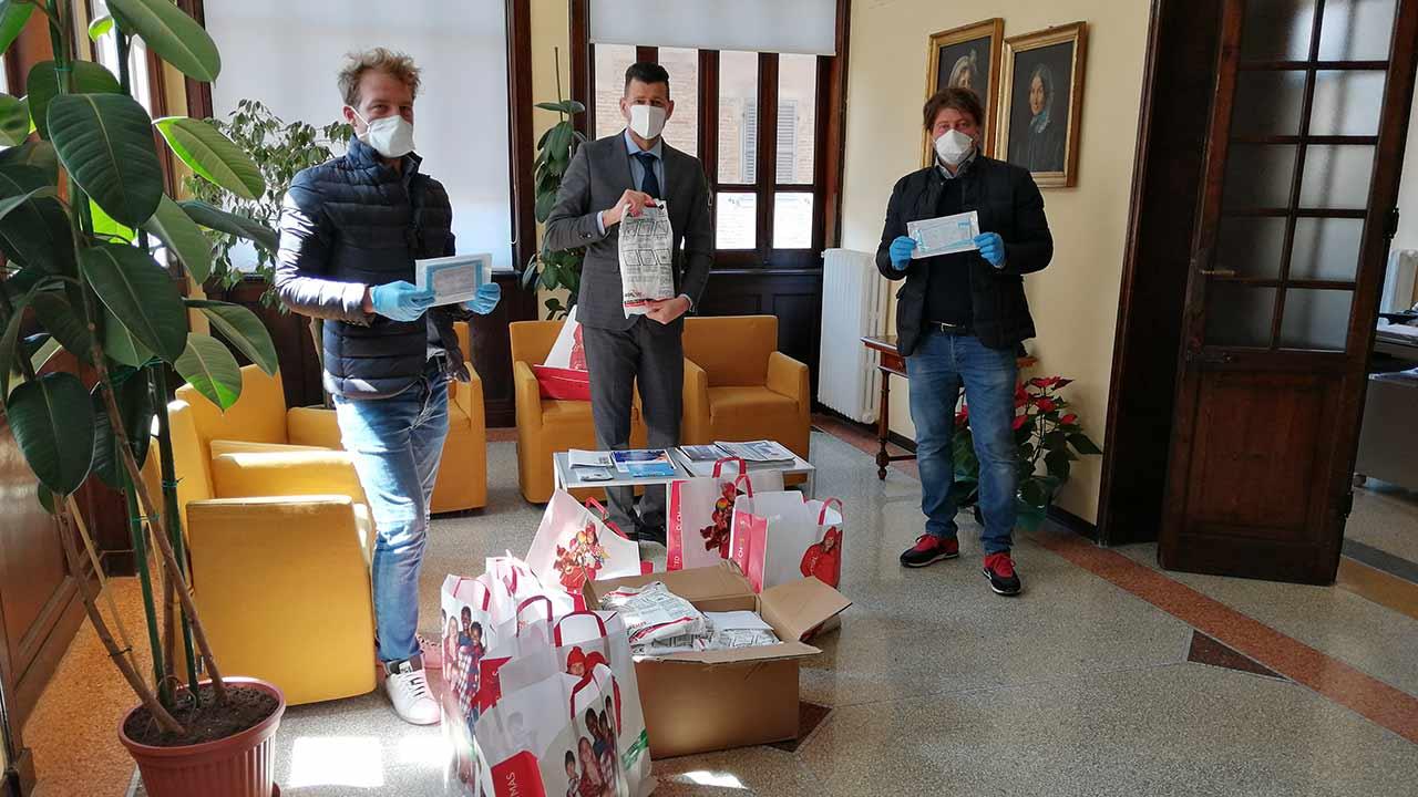 La ditta Vasallucci Installazioni di Pergola ha donato 1750 mascherine al Comune di Senigallia