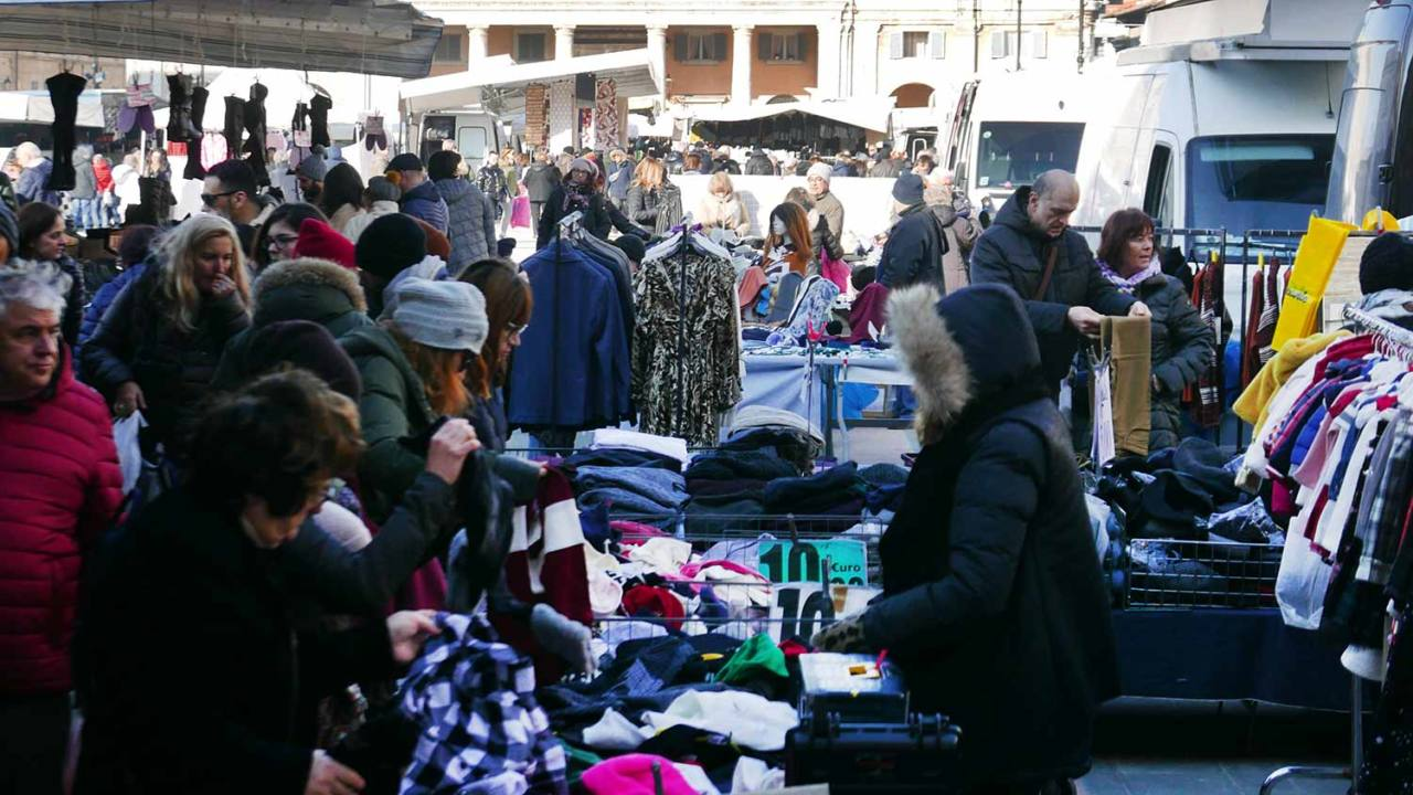commercio ambulante, bancarelle, mercato, piazza Garibaldi, Senigallia