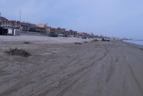 Falconara, iniziata la pulizia della spiaggia