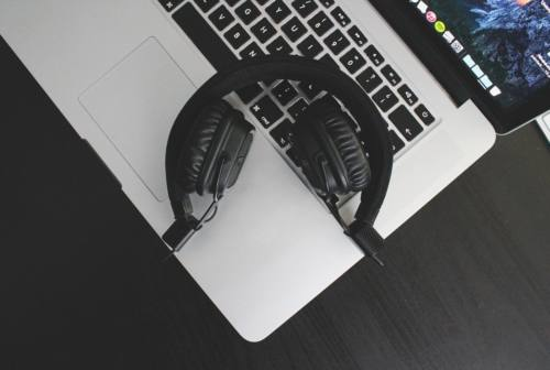Donare ascoltando musica? Oggi è possibile grazie alla playlist che raccoglie fondi