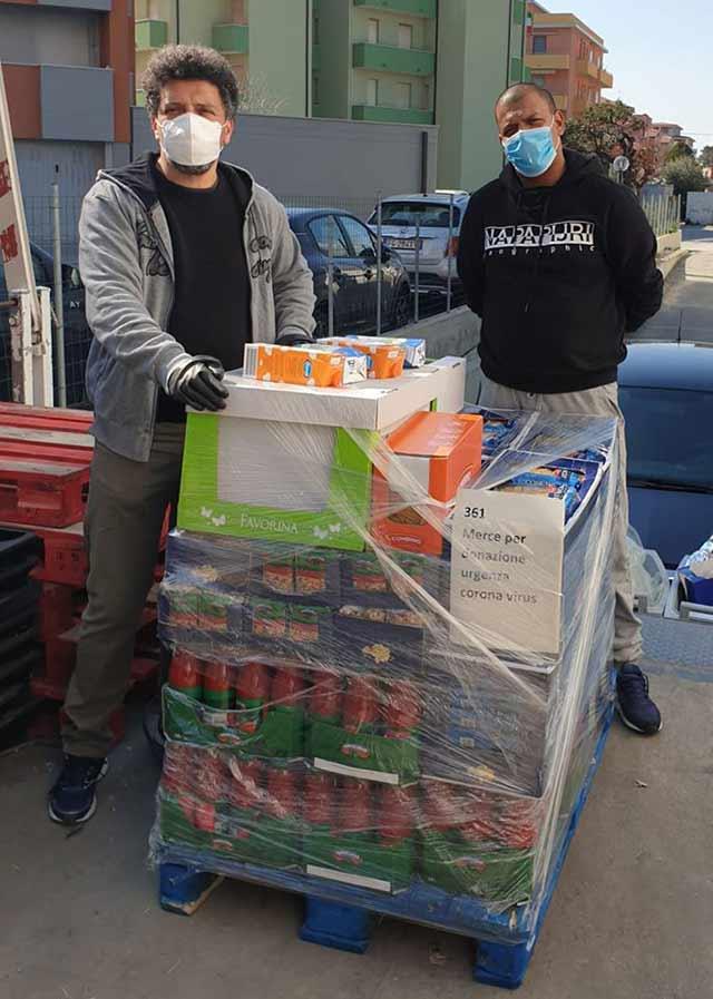I volontari dell'associazione Stracomunitari di Senigallia impegnati nella distribuzione di pacchi di generi alimentari