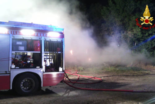 Castelfidardo, incendio in un'azienda agricola: vigili del fuoco sul posto da 12 ore