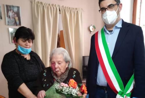 Festa grande a Sassoferrato: 20 giorni senza positivi e nonna Betta compie gli anni