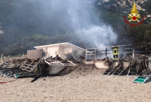 Incendio a Portonovo, stabilimento balneare distrutto dalle fiamme