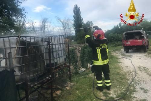 Teli ombreggianti in fiamme a Castelbellino. Nessuna vittima