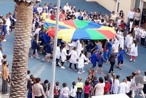 A Recanati l'ultimo giorno di scuola nei cortili. La psicologa: «Tutti i comuni dovrebbero farlo»