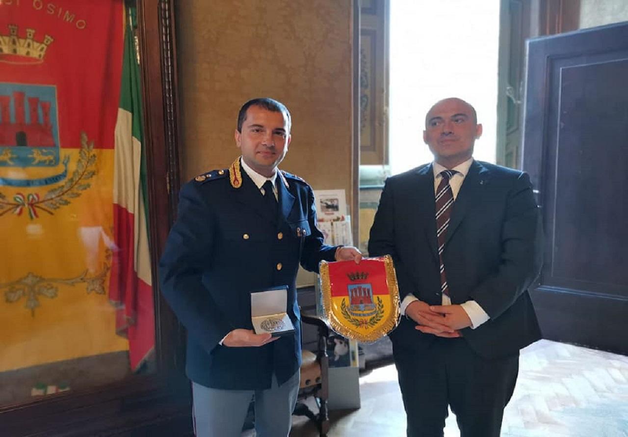 Il commissario capo Stefano Bortone con il sindaco Simone Pugnaloni