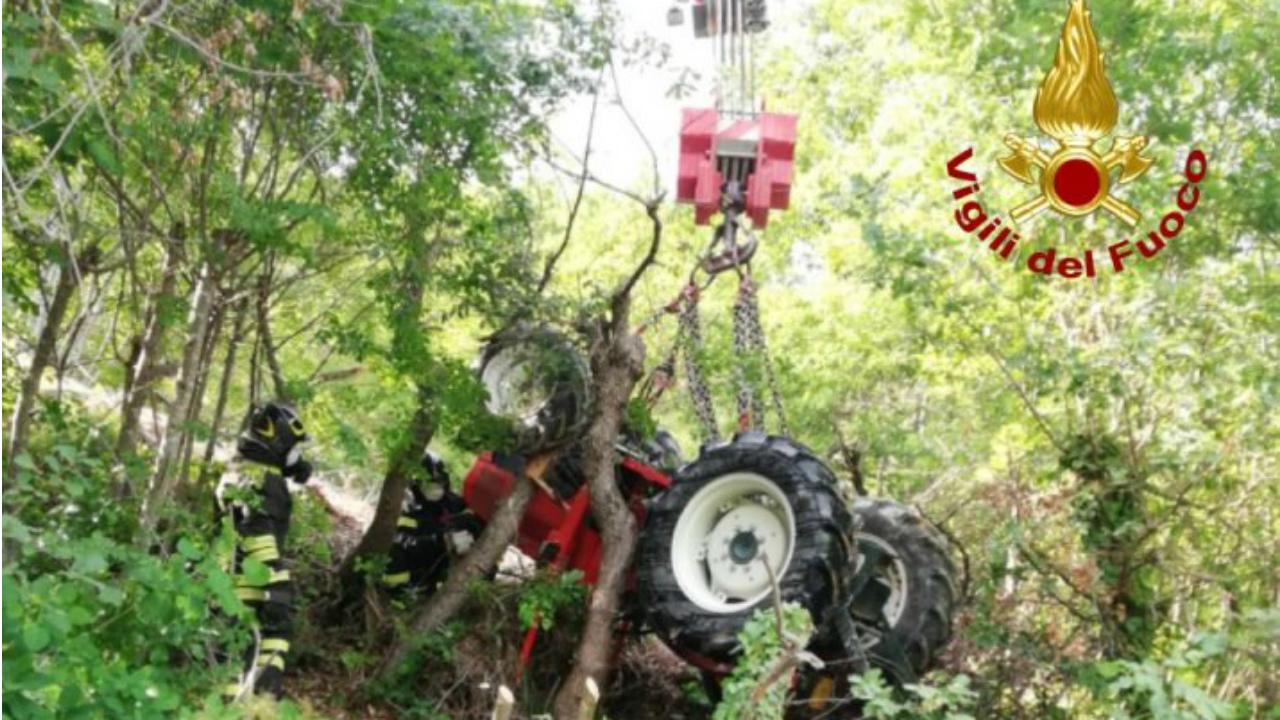 Il trattore recuperato dai Vigili del Fuoco